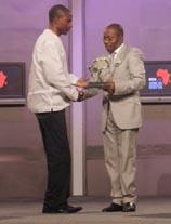 Richard Mgamba aceptando el premio CNN África Periodista del año